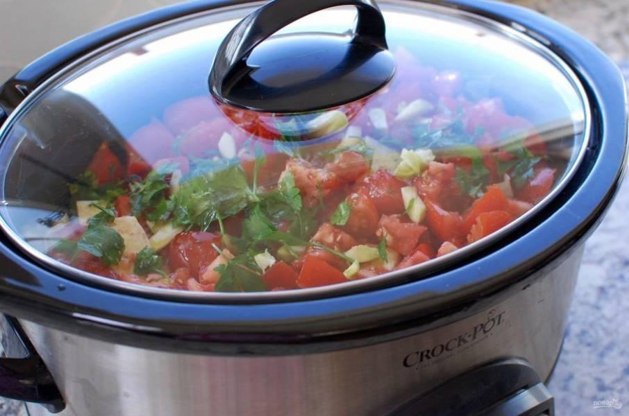 8.Повторите слоя (цуккини, баклажан, помидор с травами и чесноком). Накройте крышкой и готовьте на слабом огне в течение 2-2,5 часов.