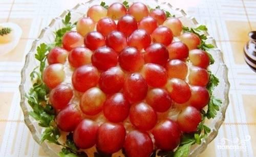 """Виноград тщательно вымойте. Разрежьте на половинки. Разложите половинки винограда поверх всех слоев (кожицей вверх). Салат """"Тиффани"""" с виноградом готов!"""