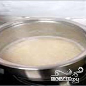 1.Промываем индейку снаружи и изнутри, обсушиваем. Теплой водой хорошенько  промываем рис, перекладываем в кастрюлю, вливаем воду и ставим вариться, огонь сильный. Доводим до кипения, и затем огонь уменьшаем до среднего. Добавляем щепотку соли, и минут 5 варим. Сливаем оставшуюся воду, и крышкой накрываем кастрюлю.