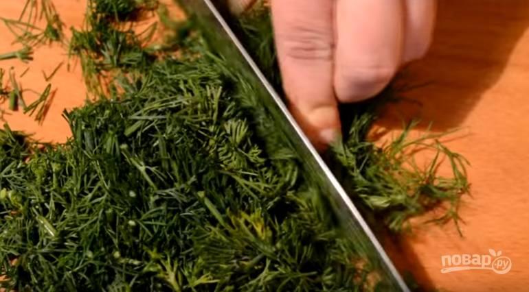 7.Зелень (укроп) моем и измельчаем, картофель чистим и моем, нарезаем его небольшим кубиком.