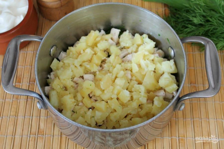 Кладем в суп порезанный кубиками вареный картофель.