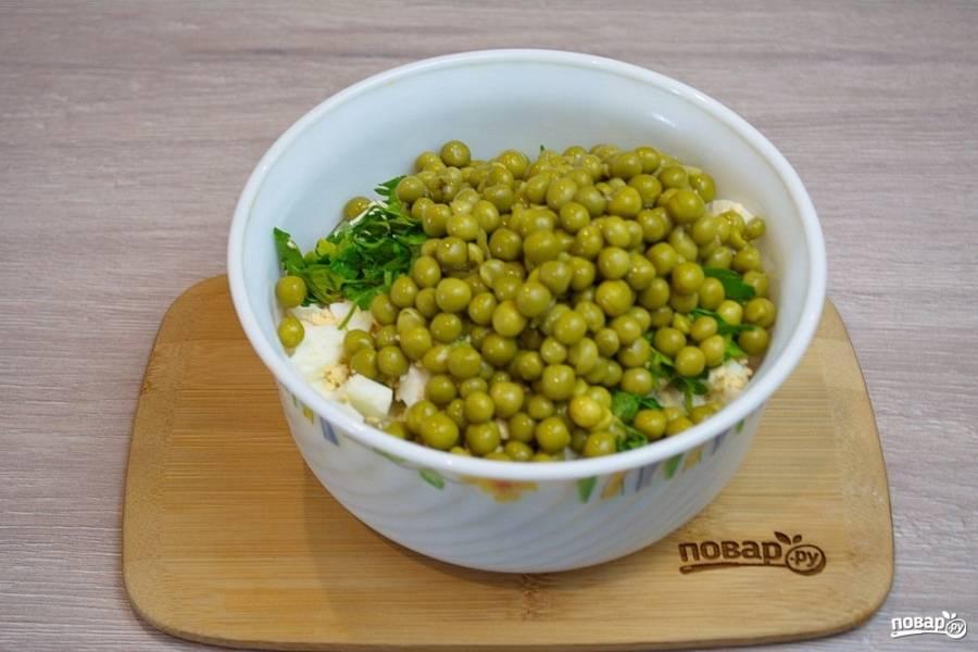 Консервированный горошек (хорошего качества, не твердый) добавьте в салат, избавив предварительно от жидкости.