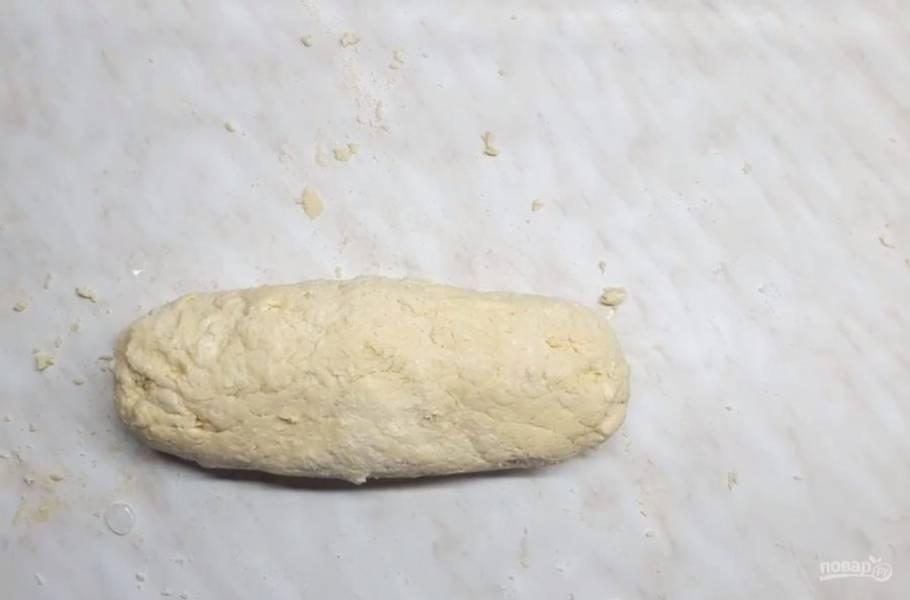 3. Замешивайте тесто быстро, чтобы масло под руками не растаяло.  Готовое тесто разрежьте на семь частей и каждую заверните в пищевую пленку. Отправьте тесто в холодильник на 1 час.