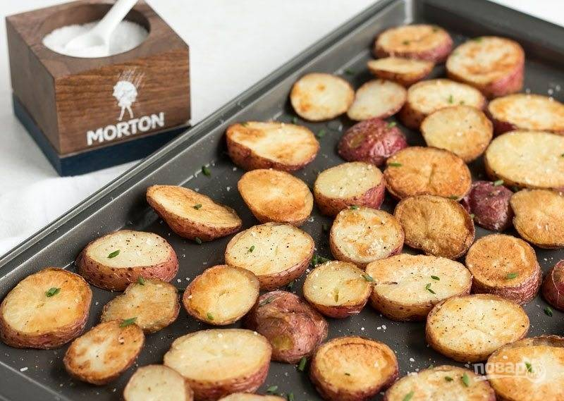 6.Запекайте картошку при 200 градусах около 15-20 минут, чтобы образовалась красивая корочка.