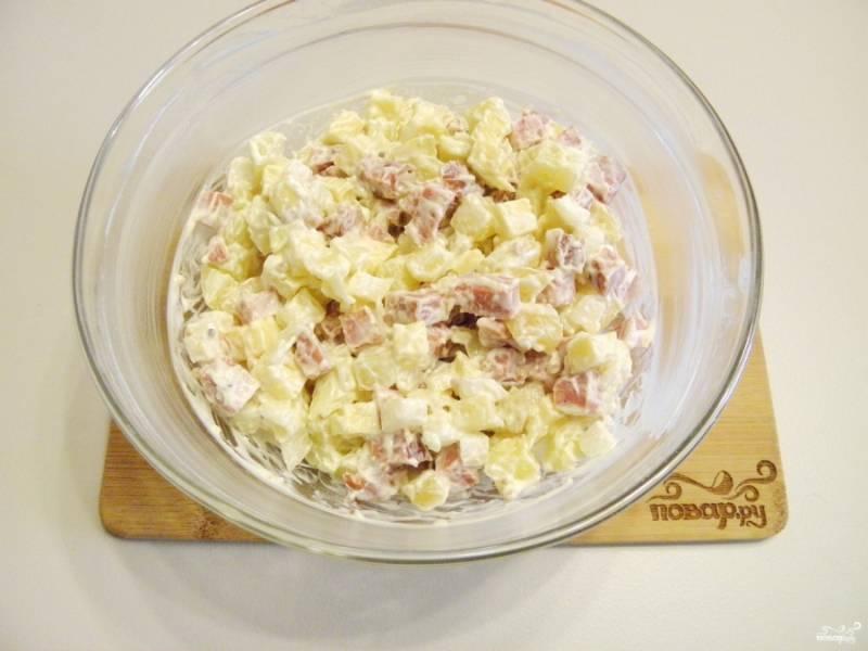 Подавайте салат через 10-15 минут, чтобы он пропитался. Зелень в салате приветствуется.