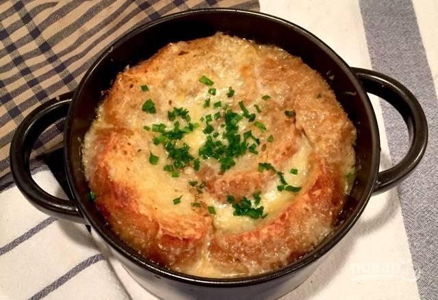 11.Достаньте суп из духовки и посыпьте зеленью. Наслаждайтесь готовым блюдом сразу.