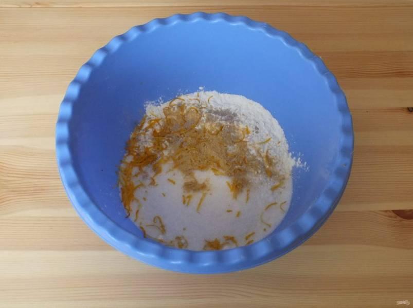 В чаше смешайте муку, сахар, имбирь, кардамон, соду и цедру лимона.