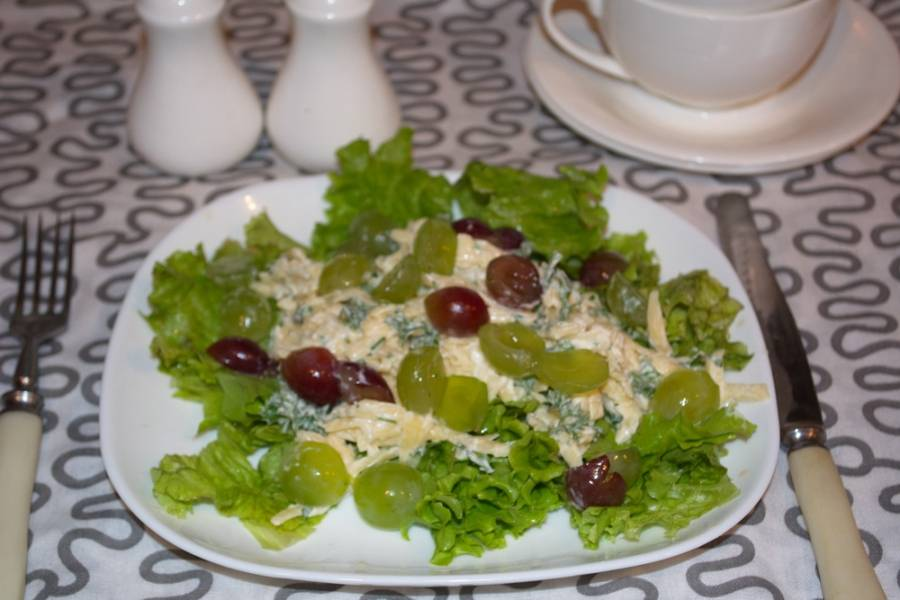 Подаем к столу. Лучше подавать сразу. Салатные листья очень свежие и не терпят длительного ожидания. Такой салат также не годится к ожиданию в холодильнике. Мытые салатные листья быстро жухнут и теряют свой привлекательный вид.