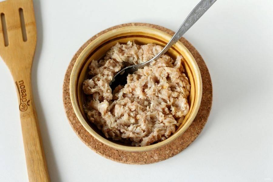 Добавьте к фаршу тертый на крупной терке лук, соль, специи по вкусу и все перемешайте.