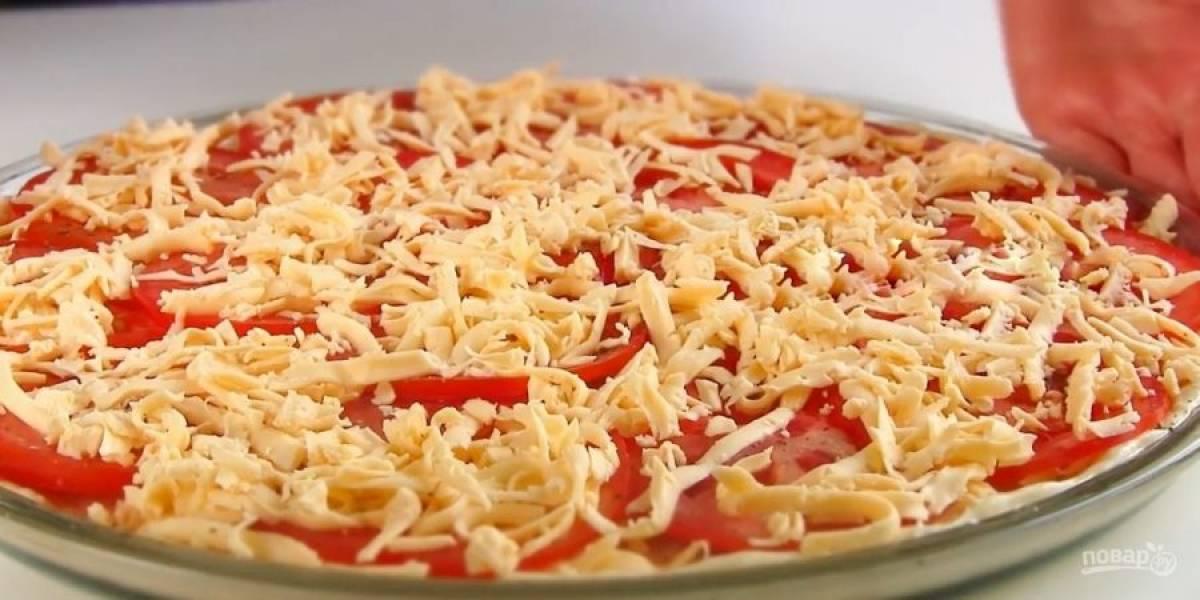 4. Сверху выложите сыр, колбасу, помидоры (их нужно посолить) и снова сыр. Выпекайте пиццу в разогретой до 200 градусов духовке 15-20 минут.