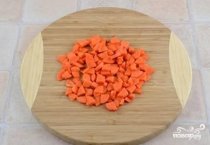 4. Морковь следует очистить. После чего порежьте ее аккуратными маленькими кусочками.