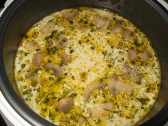 Через полчаса после начала программы в мультиварке добавьте порезанный картофель и плавленый сыр. Также можно бросить пару горошин черного перца. Еще через 30 минут добавьте зажарку из лука и моркови. И за 10 минут до готовности – креветки и пару листиков лавра. Посолите. По окончании программы дайте супу немного настояться.