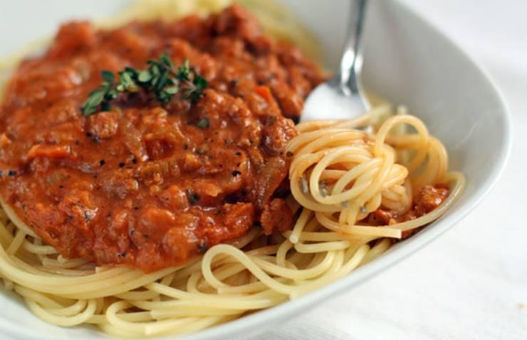 """Спагетти подаются к столу горячими. Сверху полейте соусом """"Болоньезе"""". Приятного аппетита!"""