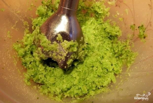 Затем измельчите овощ, то же самое сделайте с крекерами.