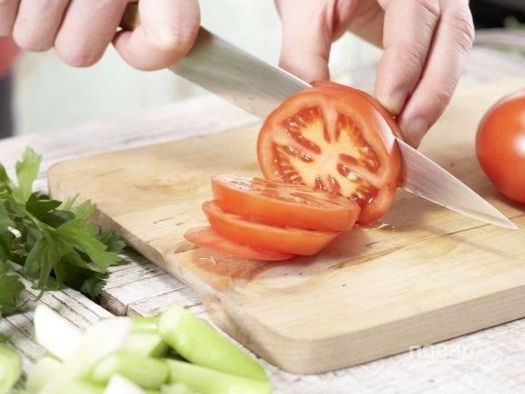 3.Вымойте сочные помидоры и вытрите их салфетками, затем нарежьте толстыми кружочками.
