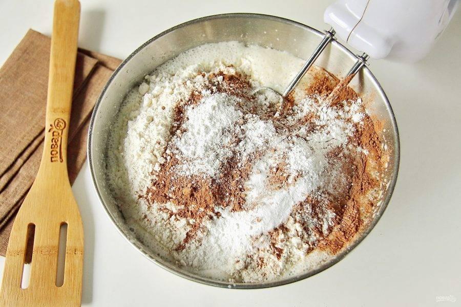 Добавьте просеянную муку, какао и разрыхлитель.