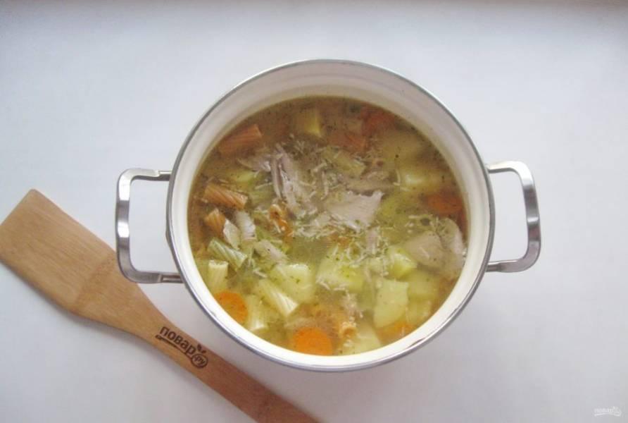 Варите суп еще 3-4 минуты и выключайте.