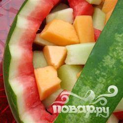 3. В отдельной миске перемешайте кусочки мякоти арбуза и остальные фрукты. Разложите равномерно по всем 4 половинкам арбуза.