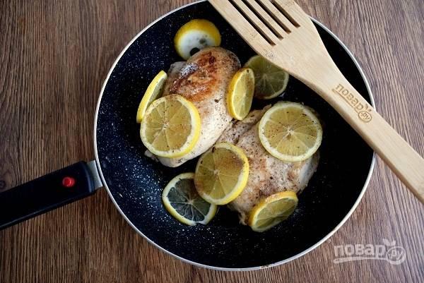 Добавьте нарезанные кружками лимоны. Поставьте запекаться в разогретую до 190°C духовку на 25 минут. За 5 минут до готовности полейте грудки жидким медом или золотым сиропом, перемешайте.