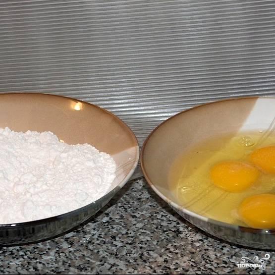В одну мисочку разбиваем яйца с небольшим количеством соли, в другую просыпаем муку, соль и перец.