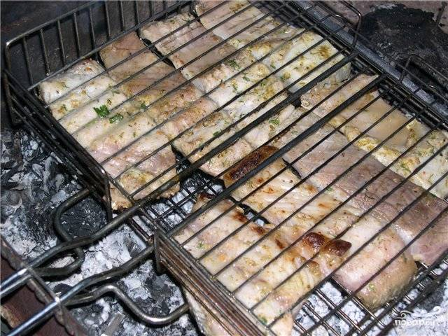 Рыбу сложить на решетку и жарить с двух сторон примерно на 10 минут.