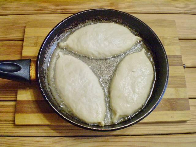 13. Жарим пирожки на среднем огне в хорошо раскаленном масле.