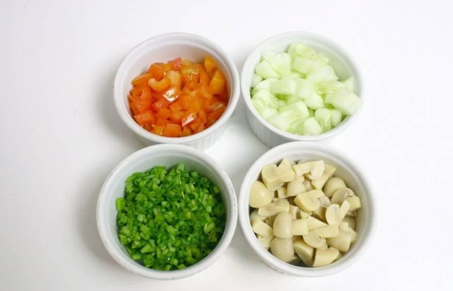 1.Первым делом мою огурцы и томат, затем нарезаю кубиком (огурцы очищаю от кожуры, но можно ее оставить). Зеленый лук мою и измельчаю, грибы у меня небольшие, поэтому разрезаю каждый на 4 части.