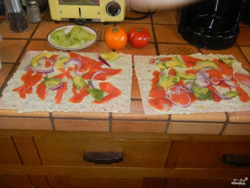 Затем выложите слоями или произвольно, тут уже кому как удобно, семгу, тонко порезанный кольцами или полукольцами красный лук и тонко порезанный авокадо.