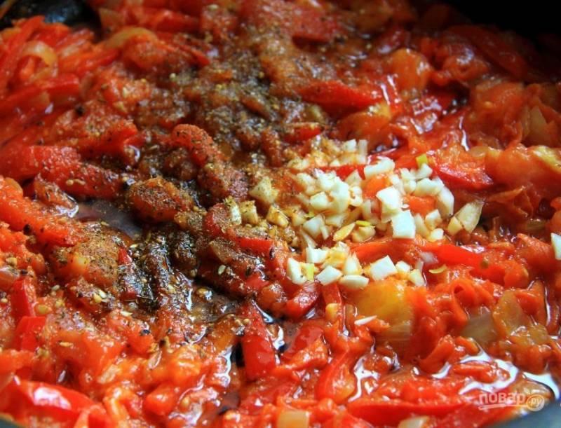 В конце добавьте специи, соль и измельчённый чеснок. Перемешайте и тушите ещё 2 минуты. Добавьте зажарку в суп, когда картофель уже будет готов.