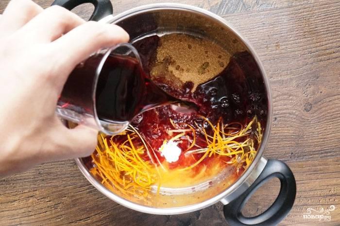 1.Апельсин и лимон моем, натираем цедру цитрусовых и выдавливаем сок. В кастрюлю кладем сахар, гвоздику, корицу и ванильный сахар, добавляем цедру и сок лимона с апельсином, наливаем вино и кладем ягоды клюквы. Доводим смесь до кипения, затем варим на слабом огне 5 минут.