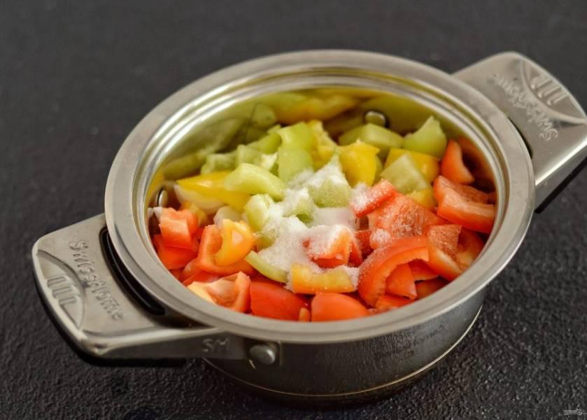 Перелейте пюре в кастрюлю, добавьте перцы, соль, сахар и растительное масло. Доведите до кипения, убавьте огонь и варите лечо полчаса. В конце добавьте уксус.