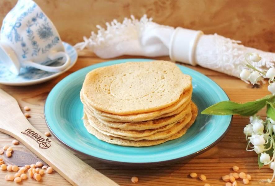 Готовые блины из чечевицы переложите на тарелку. Из указанного количества ингредиентов получается 6-7 блинов.