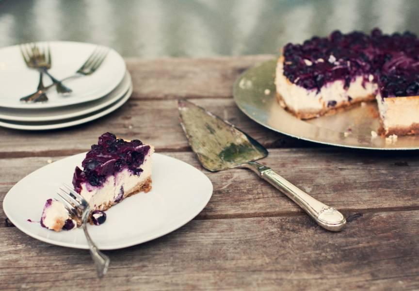 6. Отправляем форму в холодильник до полного застывания. В среднем творожно-черничный торт без выпечки застывает около 4 часов. Вот такой красивый у нас получается десерт.