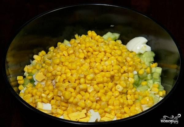 5. С кукурузы слейте жидкость, выложите её (кукурузу) к остальным ингредиентам.