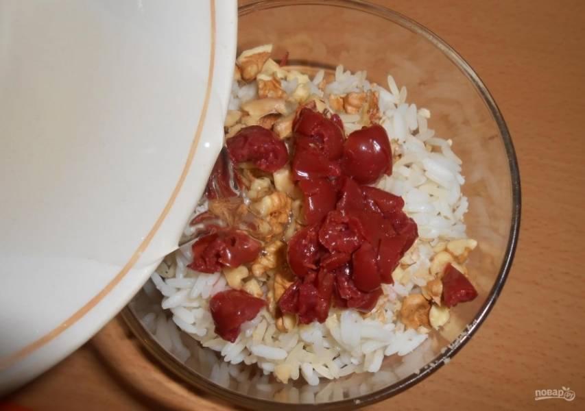 8.Заранее приготовленный сахарный сироп уже немного остыл, вливаю его в миску к рису.