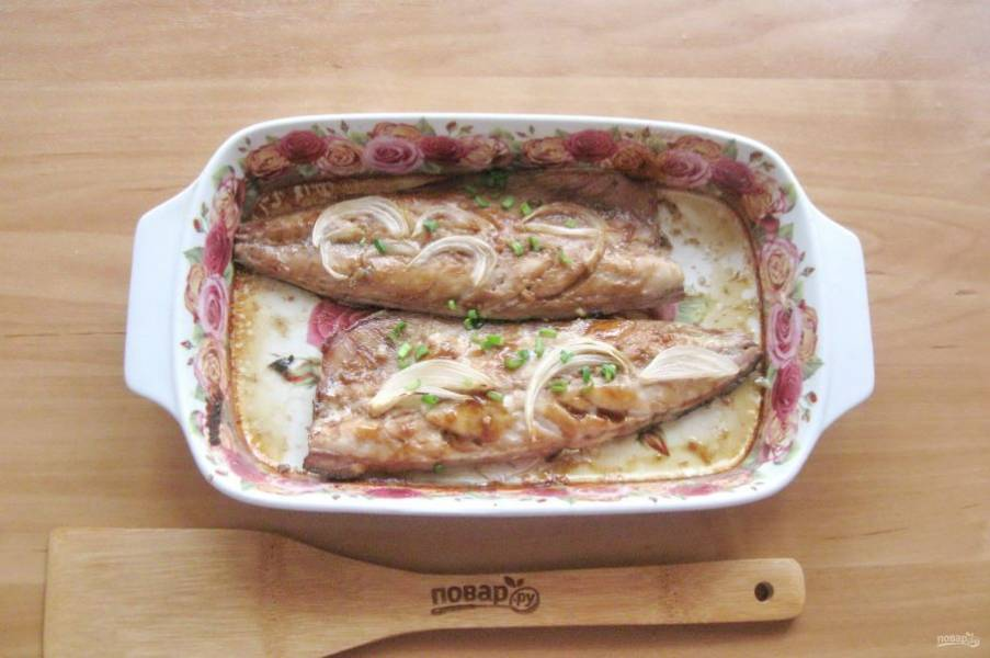 Запекайте скумбрию в духовке при температуре 175-180 градусов 30-35 минут.