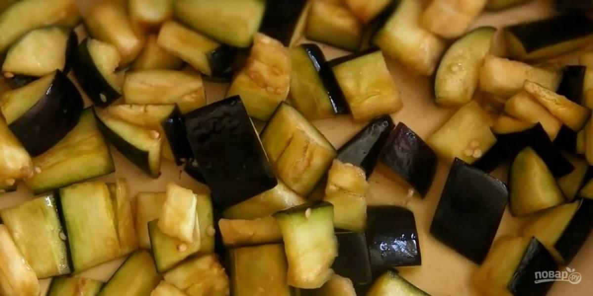 1. Баклажаны нарежьте ломтиками, посолите и оставьте на 10-15 минут. Слейте жидкость. Обжарьте баклажаны на растительном масле в течение 5 минут.