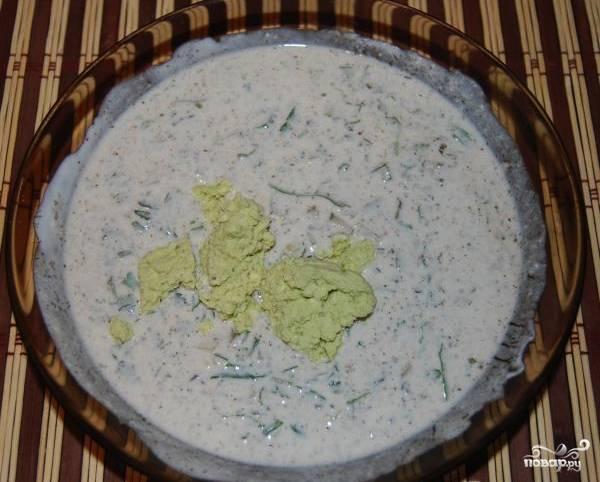 Яичные желтки тщательно помните вилкой. Должно получиться нежное пюре. Затем в йогурт добавьте зелень с огурцами и специями. Туда же выложите массу из желтков. Всё хорошо перемешайте.