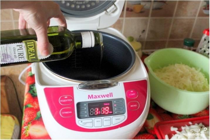 3.На небольшом количестве масла обжарьте лук до прозрачности в режиме «Выпечка» или «Жарка». Добавьте к нему бекон, обжаривайте все вместе еще минуту.