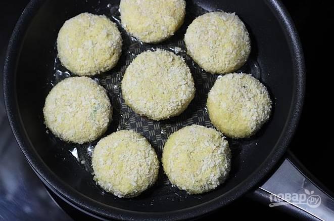 Жарить котлетки можно во фритюре, но я делаю это на сковороде в небольшом количестве масла.