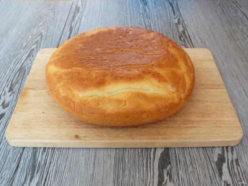 Переложите хлеб на доску и охладите.