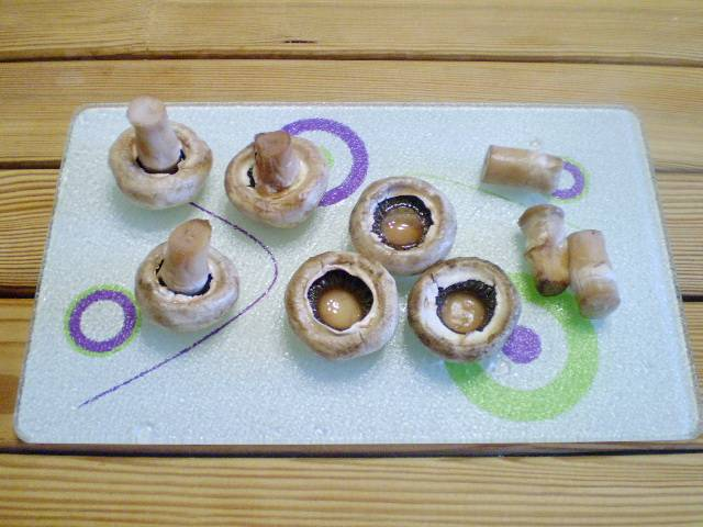 2. Отделите ножки грибов от шляпок.