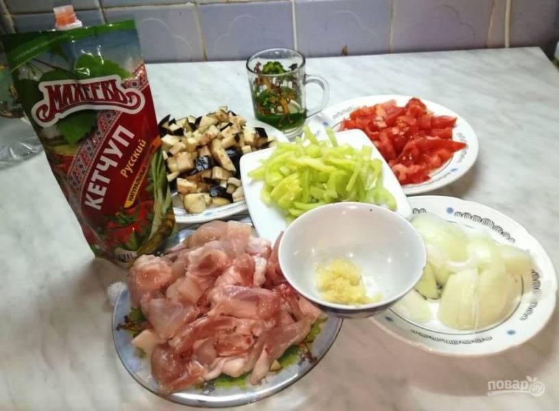 Курицу порежьте на среднего размера кусочки, чеснок мелко порубите, остальные овощи порежьте, как вам нравится.