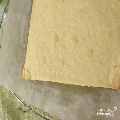 Слегка подмерзшие коржи отправляем в духовку и запекаем 10-12 минут при 200 градусах. Затем достаем и остужаем на решетке.