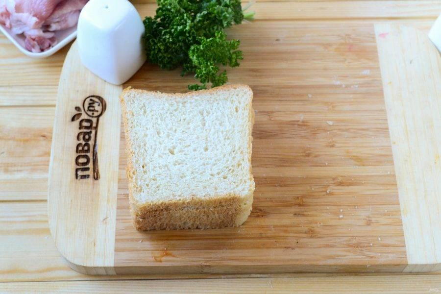 Сверху обильно присыпьте натертым на крупной терке сыром и накройте вторым ломтиком хлеба.