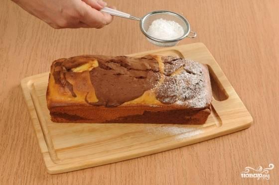 4. После того, как кекс испечется, не достаем его сразу из формы, а ждем минут двадцать. Затем вынимаем кекс и украшаем его сверху сахарной пудрой.