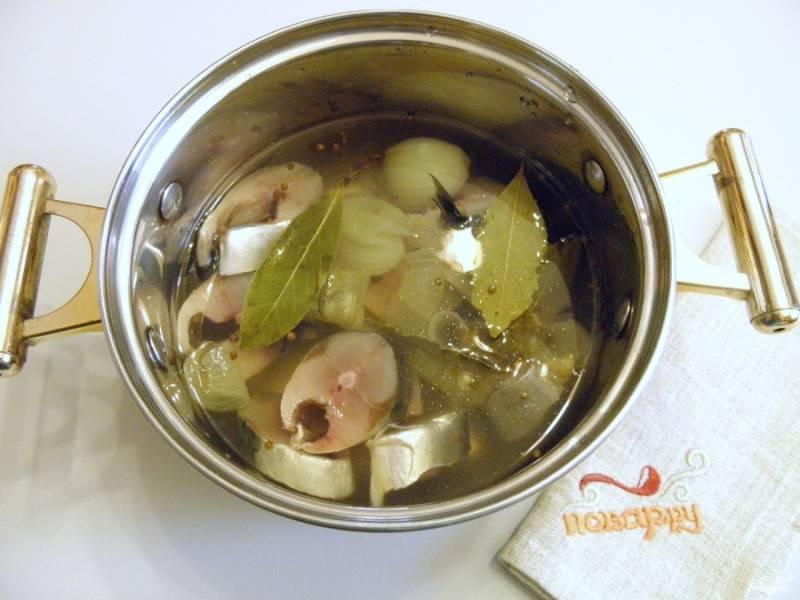 5. Сложите кусочки рыбы в рассол, выдержите его при комнатной температуре 2 часа. После чего слейте весь рассол и подайте рыбу к столу. Если вы хотите сохранить часть рыбы в холодильнике, то лучше полить ее маслом растительным и накрыть крышкой тару. Приятного аппетита!