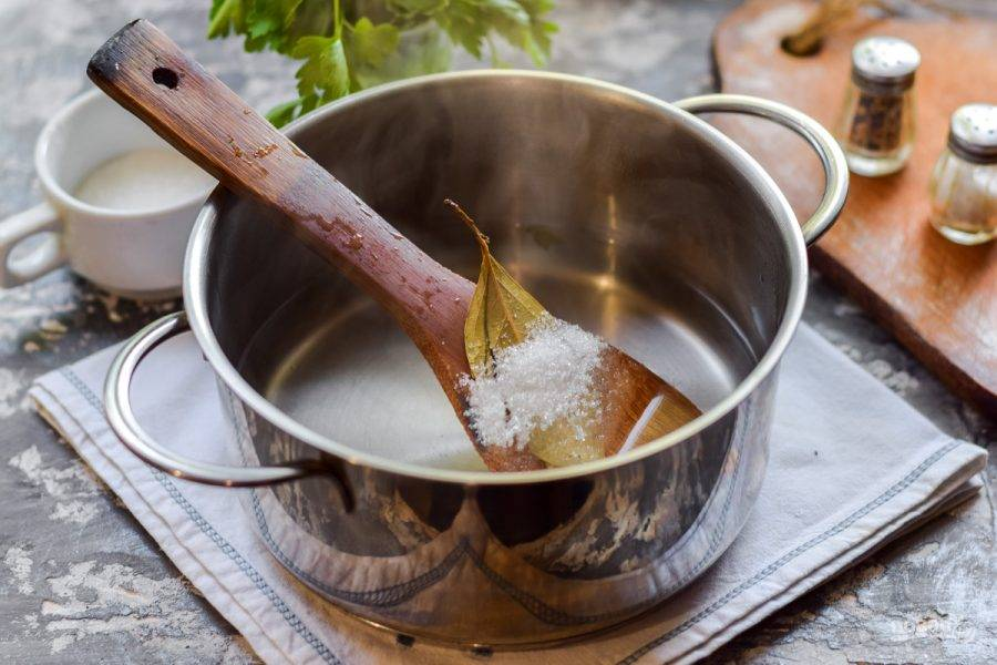 Последний раз слейте воду в кастрюлю, добавьте специи, по желанию бросьте лавр и горошины перца. Добавьте щепотку острого перца. Варите маринад 2 минуты, влейте уксус.