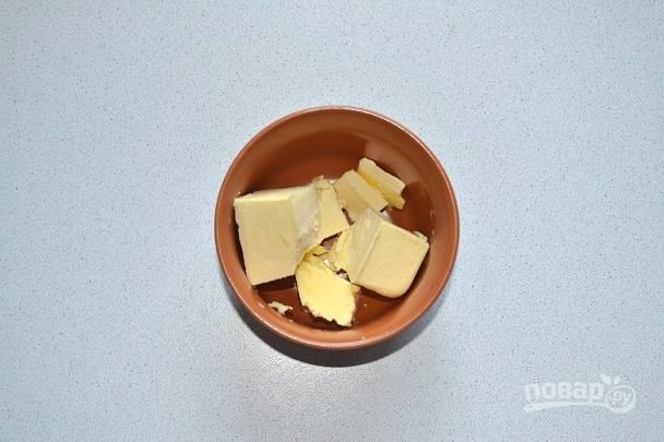 Сливочное масло растопите в микроволновке или в сотейнике.