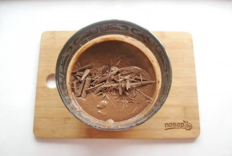 Добавьте нарезанный шоколад и опять перемешайте тесто.